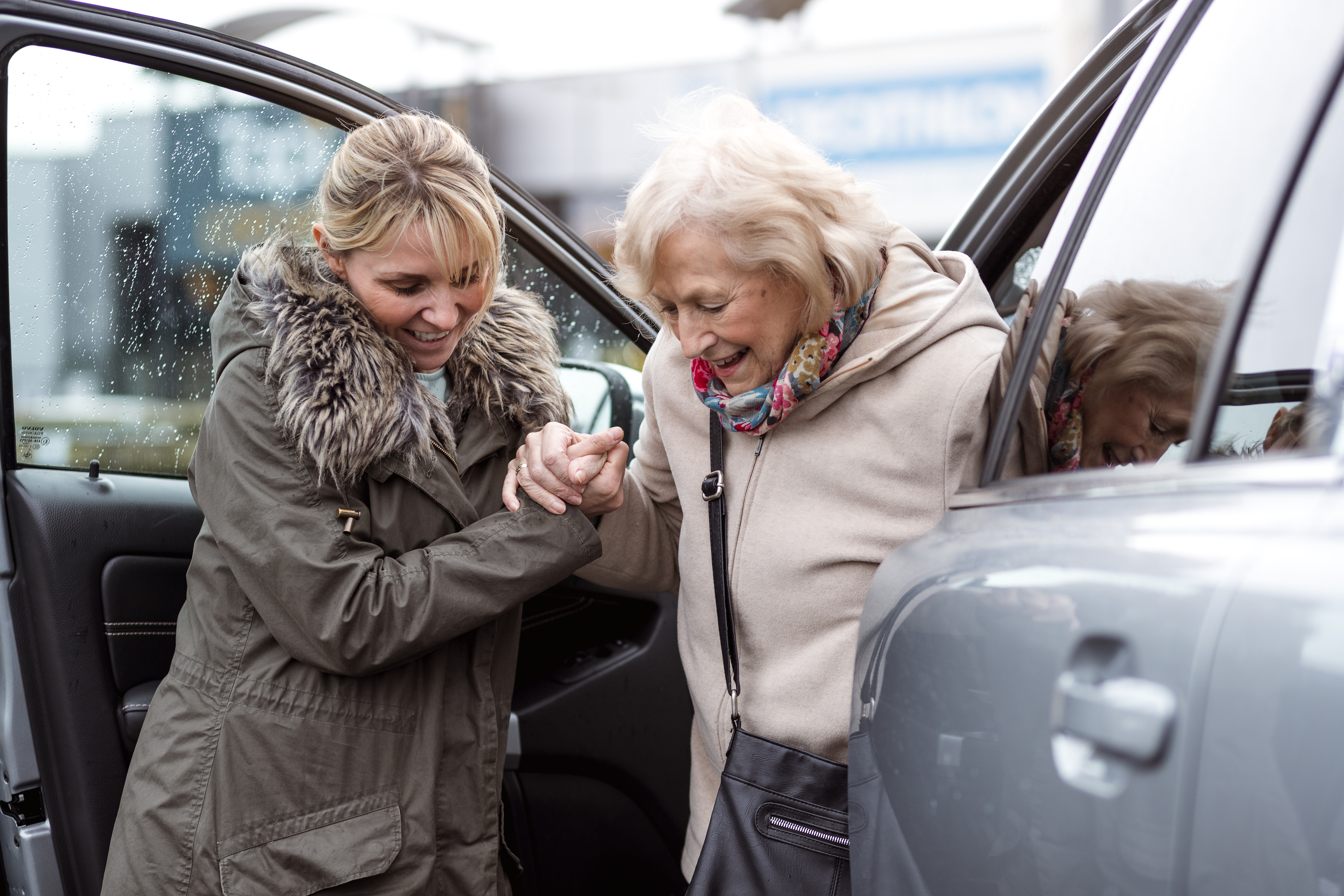 2019.02.07 Stock Photo Outside Daughter or carer helping elderly woman out of the car 001